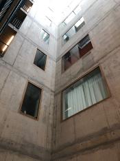 Zwicky- centrale hal met grote ramen naar de woningen
