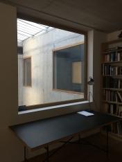 Zwicky-diepe woning met raam aan de lichtschacht